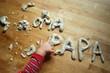 Kinderhand knetet Buchstaben