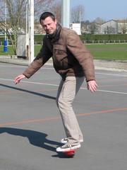 Homme sur son skate board