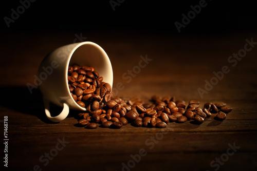 Fotobehang Koffiebonen tazzina con chicchi di caffè rovesciati