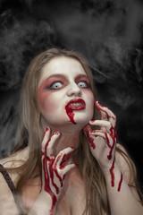 vampiro con sangre en las manos y la boca