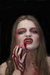 Chica joven disfrazada de vampiro para Halloween