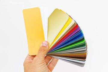 Farbfächer in der Hand