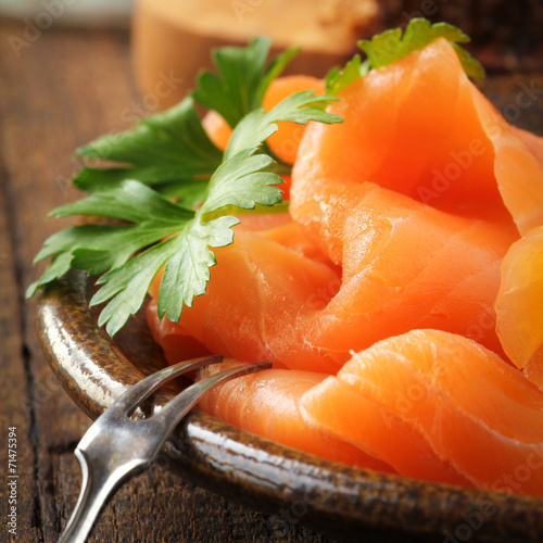 Papiers peints Entree, salade Slices of smoked salmon with a fresh leaf of parsley