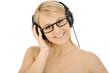 Twen als DJ hört Musik über Kopfhörer