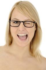 Blonde Frau mit Brille zwinkert