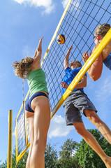 intensives Spiel beim Beachvolleyball
