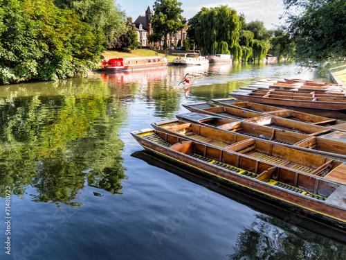 Fotobehang Kanaal Punts lined up on river in Cambridge England