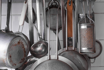 Stoviglie, pentole appese in cucina