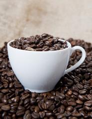 tasse de grains de café blanche