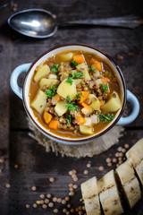 Linsensuppe mit Kartoffeln und Baguette