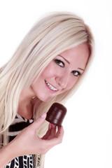 Junge hübsche Frau lächelt mit Schokokuss