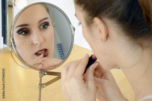 Twen beim Schminken mit Lippenstift - 71486303