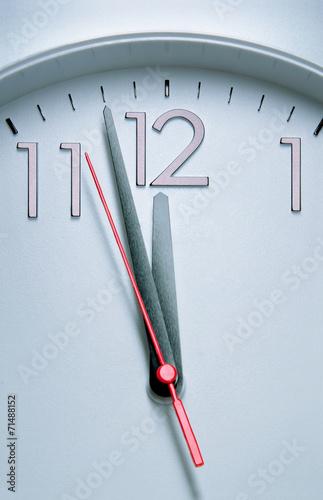 Leinwanddruck Bild Clock hitting 12 O'clock