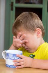 Kind mit Tasse