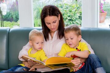 Mutter liest ein Märchen vor