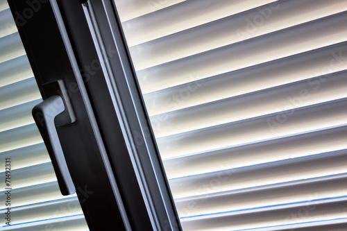 canvas print picture Jalousien als Sonnenschutz am Fenster