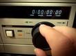 Mano che agisce sulla manopola di un vecchio videoregistratore