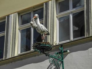 Storchstatue mit Nest