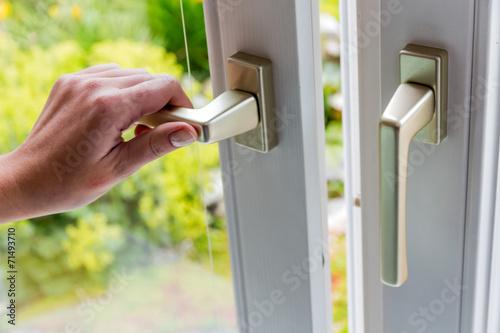 canvas print picture Frau öffnet Fenster zum Lüften