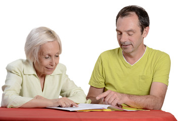 homme aidant une femme agée pour la déclaration d'impôt