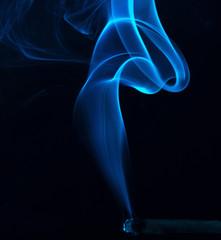 Blauer Rauch einer Zigarre