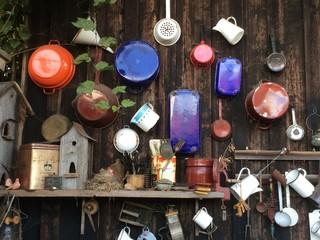 Dekoration im Garten: antikes und altes Geschirr