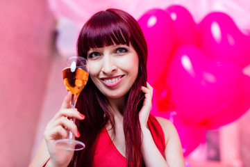 Frau feiert im Nachtclub Party mit Sekt