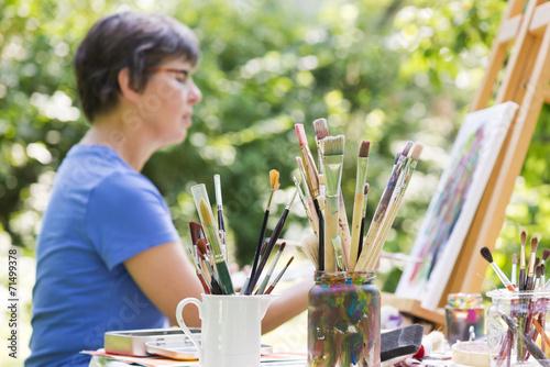 canvas print picture Frau malt ein Bild im Garten