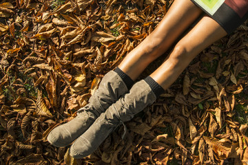 gambe tra foglie