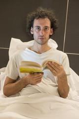 ragazzo che legge a letto