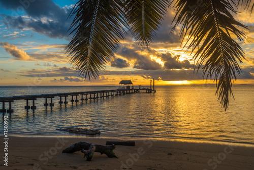 molo-na-tropikalnej-wyspie-wakacje-krajobraz