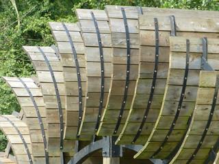 Wassermühle - Wasserrad aus Holzschaufeln, historisch