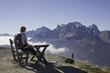 Frau blickt vom Kranischen Höhenweg zu den Dolomiten