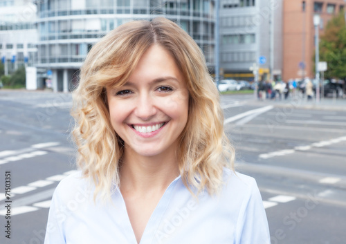 canvas print picture Frau mit blonden Locken in der City
