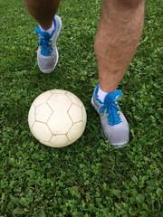Freizeitfußballer beim Dribbling
