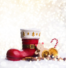 Weihnachtshintergrund shiny mit Nikolausstiefel und Süßigkeiten