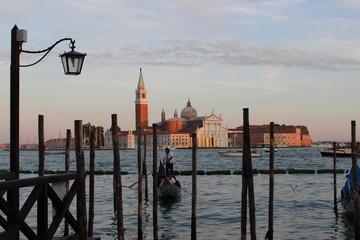 Gondel fahren beim Sonnenuntergang in Venedig