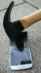 Handy zerstören mit Hammer