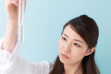 試験管を持つ白衣の女性