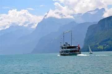 Schiff fährt Bergkette am Vierwaldstättersee entlang