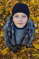 Ребенок в осенних желтых листьях