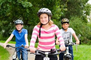 teenager fahren mit dem fahrrad