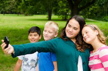 teenager machen gruppenfoto mit handy