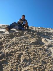 adulte sur luge descendant la dune