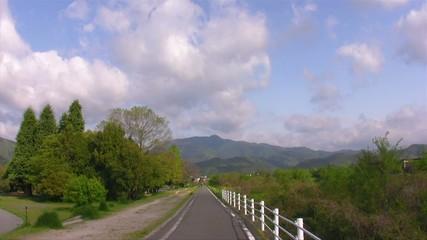 散歩道と流れる雲1