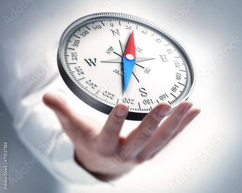Leinwanddruck Bild Kompass mit Hand