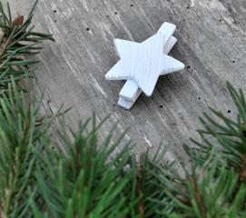 petite étoile blanche sur bois