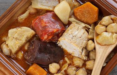 Garbanzos con coles, carne,morcilla y chorizo.