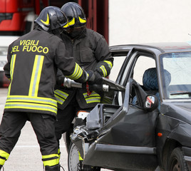Firefighters open the car with a powerful pneumatic shears