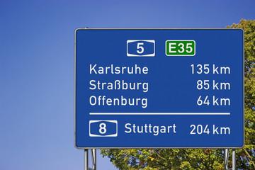 Entfernungs- Hinweisschild auf A5
